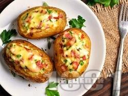 Запечени пълнени картофи с кашкавал, бекон и пресен лук на фурна - снимка на рецептата